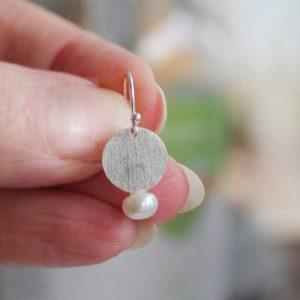 Silver pearl disc earring